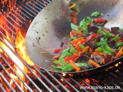 Wok in Aktion mit köstlichem Gemüse für die gefüllten Calamaretti