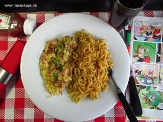 Schinkenrührei mit Schnittlauch bestreut, dazu Gabelspaghetti mit Bröselbutter - ein Kinheitserinnerung zu Spezi und der Mickey Maus