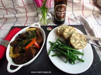 So sieht ein Sonntagsessen aus: Salzburger Bierfleisch mit Serviettenknödeln und knakigen grünen Bohnen, dazu ein Bier!