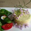 Eine Detailaufnahme des Flans und des Salates