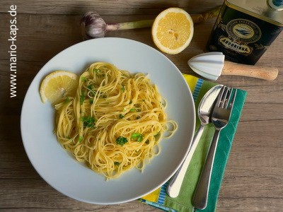 Die angerichtete Pasta mit Zitronen-Knoblauch-Sauce