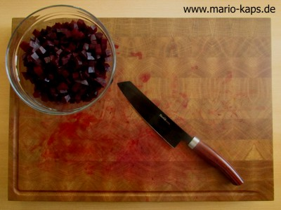 Gekochte, geschälte und geschnittene Rote Bete in der Schüssel