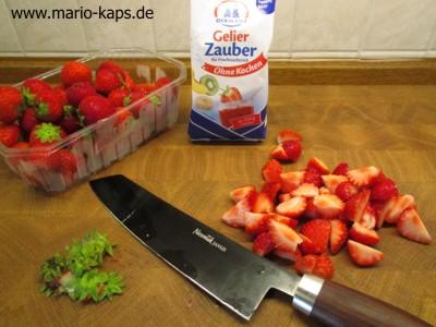 Erdbeerkonfitüre Sous Vide - Erdbeeren entstielen und schneiden