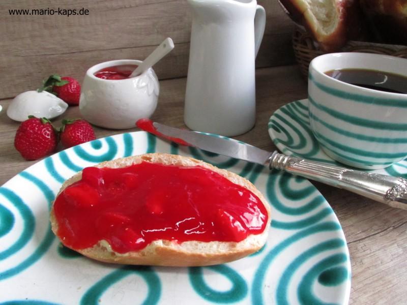 Erdbeerkonfitüre Sous Vide - Brötchen mit Erdbeerkonfitüre, Frühstücksimpression mit Kaffe