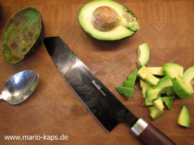 Green Gazpacho - Avocado halbieren, aus der Schale entnehmen und würfeln