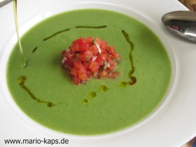 Green Gazpacho - Anrichten (feinen Strahl Olivenöl über die Gazpacho verteilen)