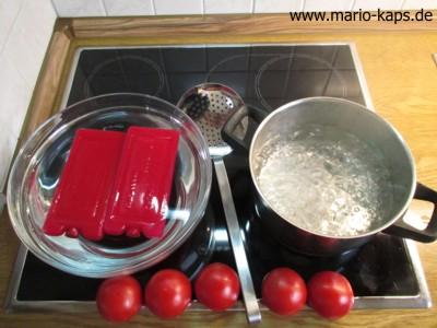 Tomaten häuten (Schale entfernen) - Arbeitsplatz Topf mit kochendem Wasser, Eiswasser (Wasser mit Eiswürfeln oder Kühlakkus) und Schaumkelle