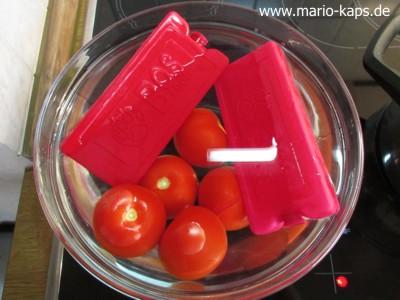 Tomaten häuten - Tomaten im Eiswasser mit Kühlakkus abkühlen (Garvorgang unterbrechen)