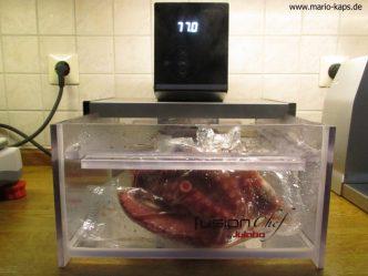 Oktopus Sous Vide im auf 77,0 °C temperierten Sous Vide Wasserbad (Beitragsbild)