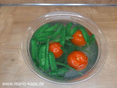Schweinefilet Sous Vide - Zuckererbsenschoten und Tomaten im Eiswasser