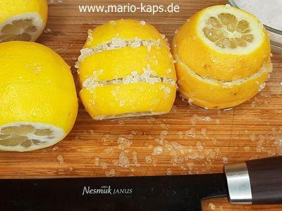 Salzzitronen - Einschnitte mit groben Meersalz stopfen