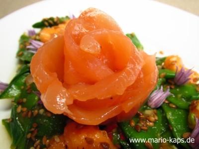 Lachsrose_auf_Papaya_Zuckererbsen-Salat_10P
