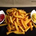 Rechts ein Schälchen mit Ketchup, links ein Schälchen mit selbstgemachter Mayonaise, in der Mitte ein Berg selbstgemachter und frisch frittierter Pommes