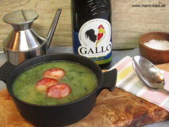 Caldo Verde auf Olivenholzbrett mit Olivenöl und Salz