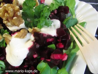 Detailansicht des Rote Bete-Salat mit Meerrettich-Dressing und Walnüssen
