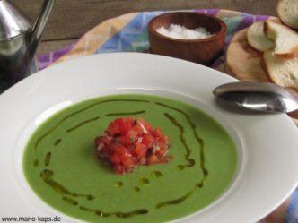 Green Gazpacho angerichtet mit Tomaten-Kapern-Salat und Olivenöl