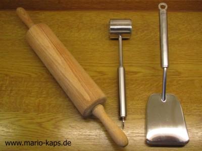 Oktopus/Pulpo küchenfertig vorberetiten - Werkzeuge zum Weichklopfen (Teigrolle, Fleischhammer und Plattiereisen)