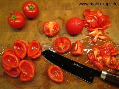 Tomaten entkernen und die Scheidewände entfernen um Tomatenfilets zu gewinnen