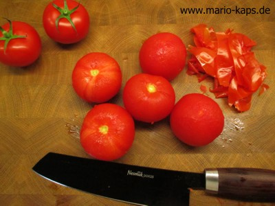 Tomaten häuten - Tomatenhaut nach dem überbrühen und abkühlen abziehen