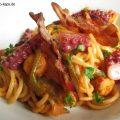 Oktopuspasta - Oktopus-Spaghetti angerichtet auf dem Pastateller